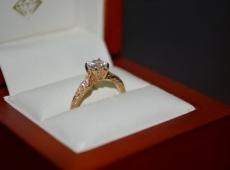 בחירת טבעת אירוסין עם או בלי יהלום